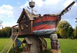 Тематически оформленный пиратский корабль из торкретированного бетона
